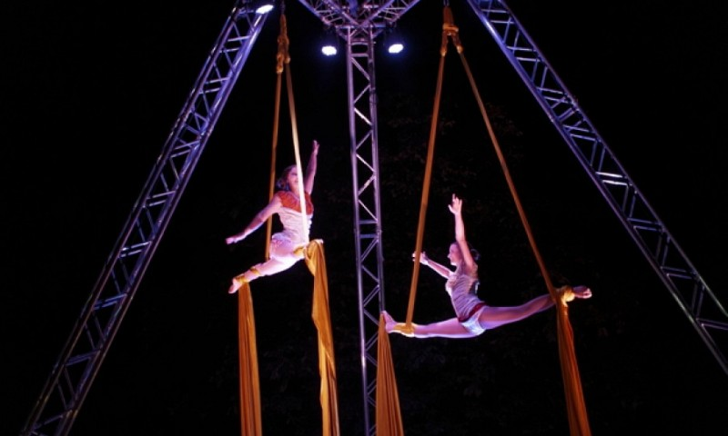 aerial_tissue_and_acrobats_at_street_theatre_festival_in_palace_garden
